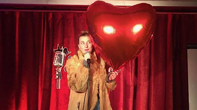 Elina Du Rietz på scen med ett hjärta