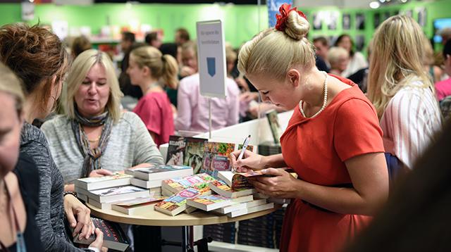 Elin Borg signerar böcker på bokmässan