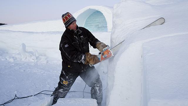 Jens Thoms Ivarsson sågar i snö