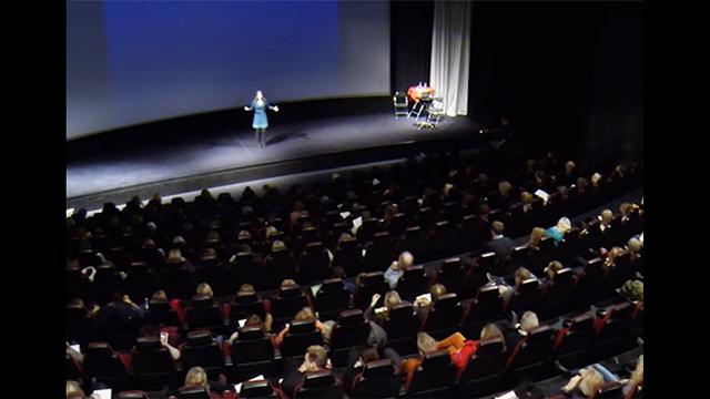 Gabriella Wejlid föreläser på scen