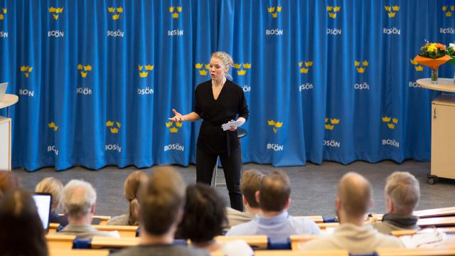 Föreläsaren Karin Hägglund på scen