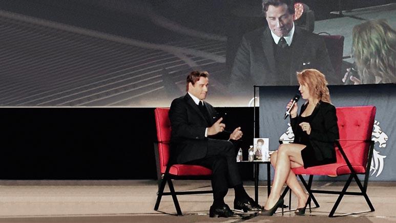 Johan Travola med Karolina Rahm på scen