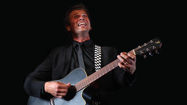 Malte Hallquist spelar gitarr