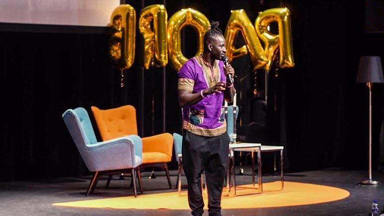 Pa Modou Badjie föreläser på scen
